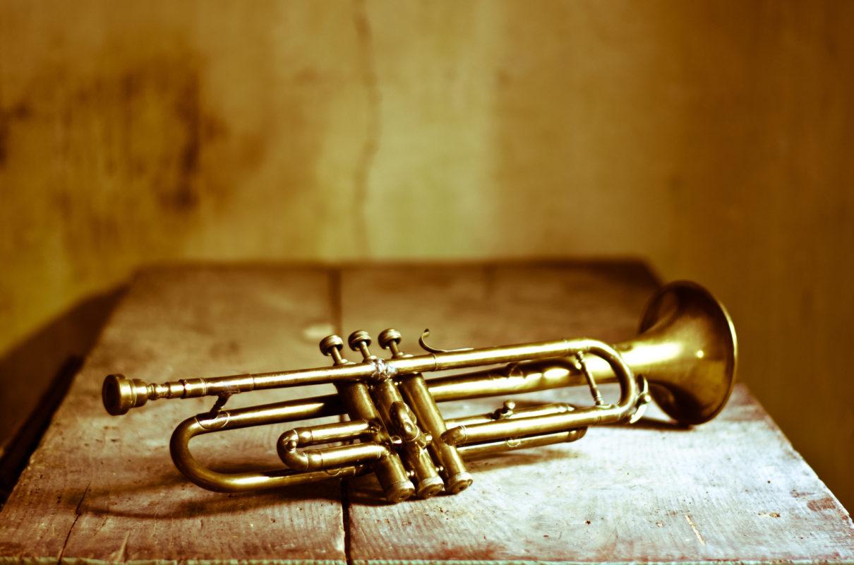 glaenzende Bronze-Trompete auf Tisch